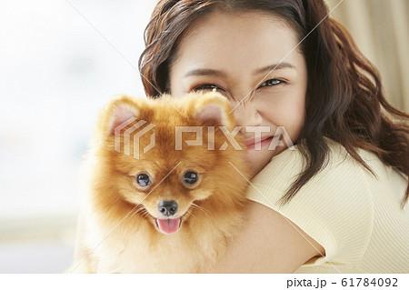 小型犬と暮らす若い女性 61784092