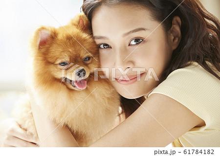 小型犬と暮らす若い女性 61784182