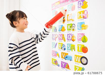 英語の勉強をする子供 61788675