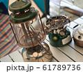 キャンプで使う古いランプとトーチ 61789736