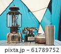 キャンプで使う古いランプとトーチ 61789752
