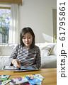 子供の写真を整理する母親 61795861