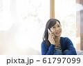 ライフスタイル スマホで会話をする若い女性 61797099