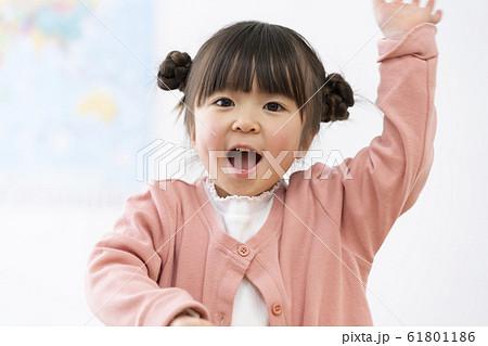 5歳の女の子 笑顔  61801186