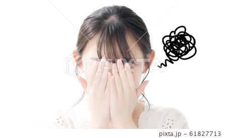 顔を隠す女性 61827713