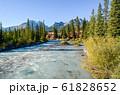 秋の朝のレイクルイーズ・ビレッジを流れる川(カナディアン・ロッキー バンフ国立公園 カナダ) 61828652