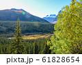 秋のカナディアンロッキー モレーン湖付近の紅葉の山と川(バンフ国立公園 カナダ・アルバータ州) 61828654