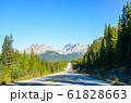 秋のカナディアンロッキーの山並みとアイスフィールド・パークウェイ(カナダ・アルバータ州) 61828663