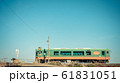 真岡鉄道 踏切とスイカ色の列車 61831051