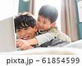 若い親子、休日、仲良し、パソコン 61854599