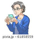 スマホを使う年配の女性 61858559