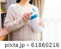 ウェットティッシュを持つ妊婦 61860216