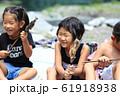 川魚を食べる子どもたち 61918938