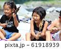 川魚を食べる子どもたち 61918939