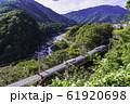 (長野県)木曽路・寝覚の床 脇を通過する、中央西線の電車 61920698