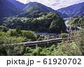 (長野県)木曽路・寝覚の床 脇を通過する、中央西線の電車 61920702