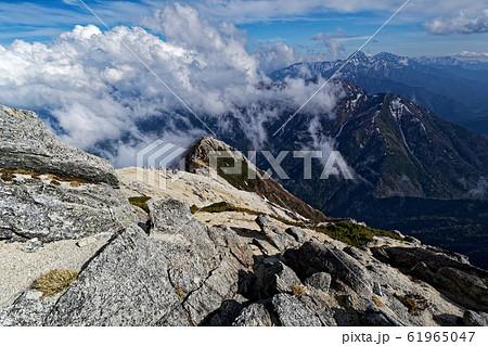 甲斐駒ヶ岳山頂から見る北岳・間ノ岳 61965047