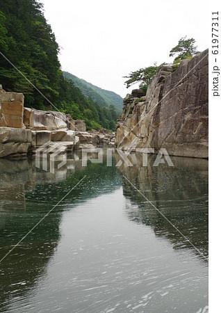 信州 木曽路の景勝 寝覚の床 木曽川に侵食された奇岩がならぶ 浦島太郎伝説も残る 61977311