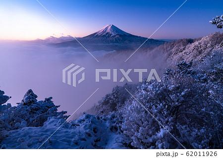 《山梨県》大雲海に浮かぶ富士山・雪景色 62011926
