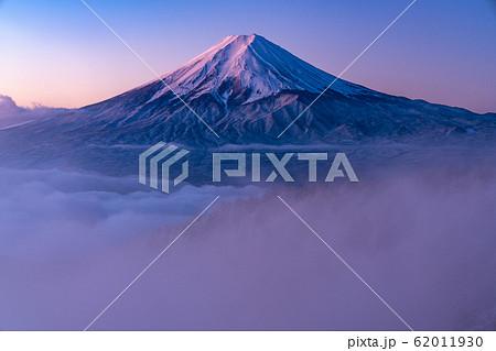 《山梨県》大雲海に浮かぶ富士山・雪景色 62011930