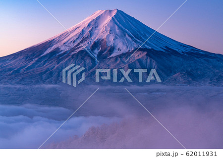 《山梨県》大雲海に浮かぶ富士山・雪景色 62011931