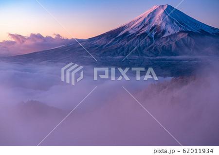 《山梨県》大雲海に浮かぶ富士山・雪景色 62011934