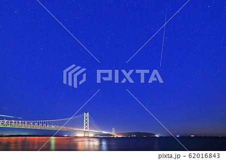 ペルセウス座流星群と明石海峡大橋 62016843