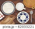 水彩の食器と木のテーブル 62033221