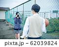 写真を撮る高校生カップル 62039824