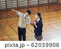 バスケをする高校生 62039906