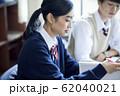 勉強をする高校生の男女 62040021