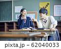 勉強をする高校生の男女 62040033