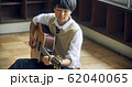 ギターを弾く高校生 62040065