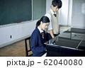 ピアノを弾く高校生カップル 62040080