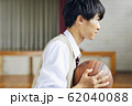 バスケをする高校生 62040088