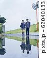雨の日の高校生カップルの登下校 62040133