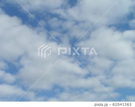 2月の青い空と白い雲 62041563