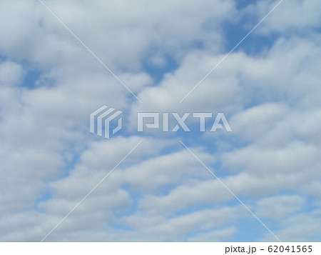 2月の青い空と白い雲 62041565