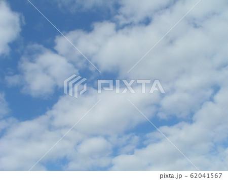 2月の青い空と白い雲 62041567