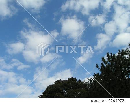 2月の青い空と白い雲 62049724