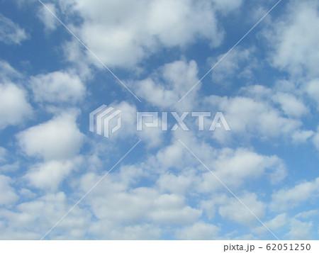 2月の青い空と白い雲 62051250