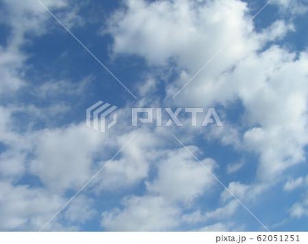 2月の青い空と白い雲 62051251