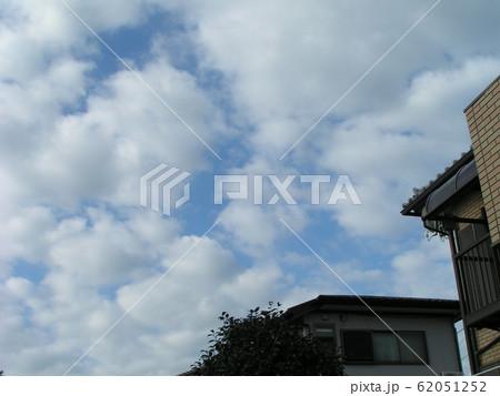 2月の青い空と白い雲 62051252