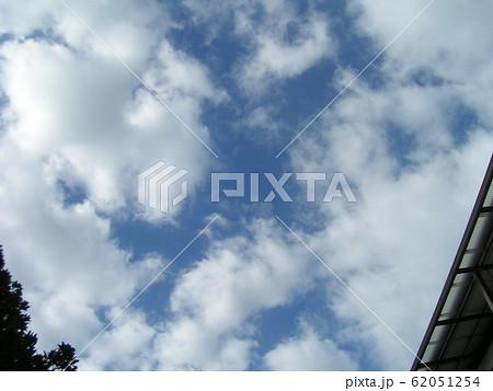 2月の青い空と白い雲 62051254
