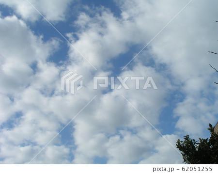 2月の青い空と白い雲 62051255