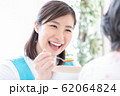 介護イメージ 食事介助 62064824