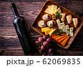 チーズの盛り合わせとワインボトル 62069835