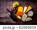 チーズの盛り合わせとワインボトル 62069839