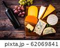 チーズの盛り合わせとワインボトル 62069841