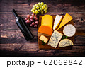 チーズの盛り合わせとワインボトル 62069842